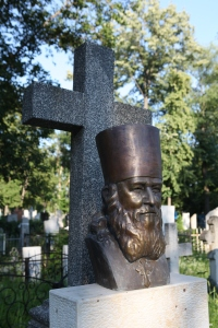 Бюст прот. М.Чакира на Армянском кладбище Кишинева